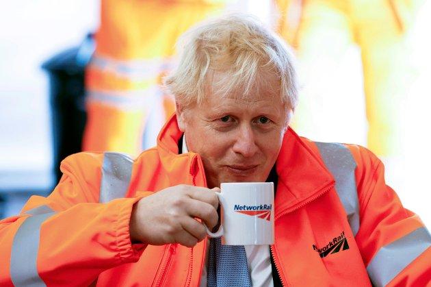 Statsminister Boris Johnson nyter en kopp kaffe under besøk på en byggeplass i Manchester mandag 4. oktober.
