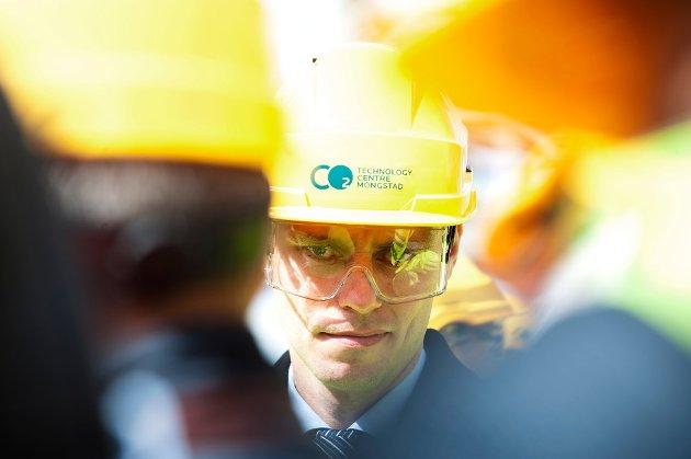 OLJE OG KLIMA: Daværende olje- og energiminister Ola Borten Moe (Sp) på besøk ved Equinors anlegg på Mongstad i 2012. Arkivfoto: Marit Hommedal, NTB