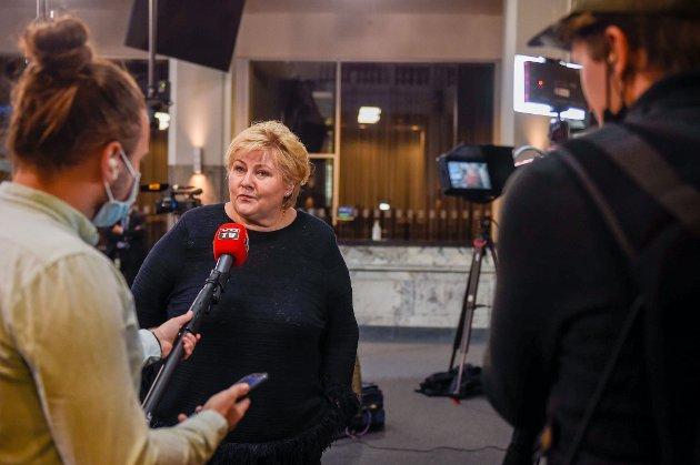 Statsminister Erna Solberg intervjues etter  pressekonferanse om vaksinasjonsstrategi.