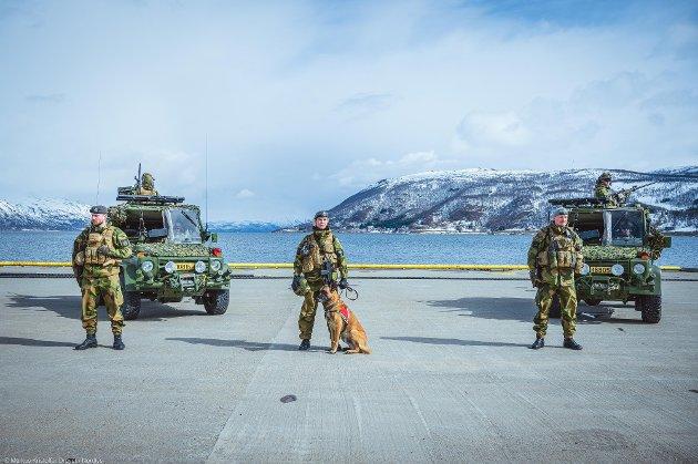 Vi må tilrettelegge for å etablere nye, sterke teknologiske fagmiljøer i nord, der Forsvaret har sinstørsteaktivitet og de beste øvingsområdene, enten det er på land, på sjøen, i lufta eller i romvirksomhet, skriver Venstre-politikerne. Bildet er av Forsvaret på Grøtsund havn utenfor Tromsø.