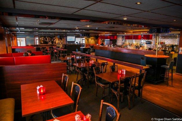 STILMIKS: Lokalet bærer preg av å være et kompromiss mellom utested og lunsjrestaurant, det er barstoler, dansegulv og store sitteplasser.