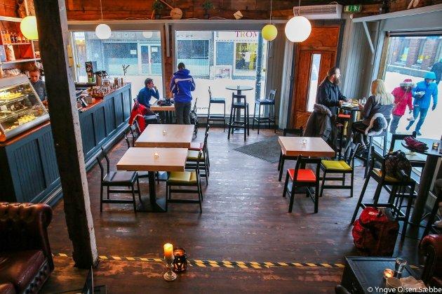 KOSELIG: Det mørke treverket i gulv og vegger sammen med fargerike stoler, lave bord og mørk skinnsofa gir et hjemmekoselig preg. Arkivfoto: Yngve Olsen Sæbbe