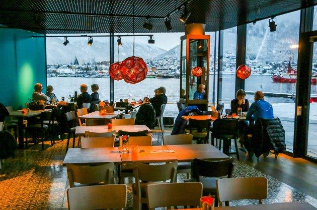 IMPONERNEDE: Med strålende beliggenhet på Kystens hus i Tromsø, er det få restauranter som kan skilte med så fin utsikt Skirri.