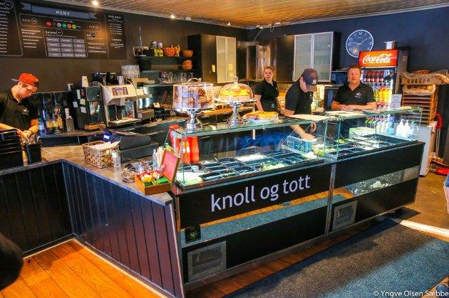 PLUSS OG MUINUS: Brød og Vann er ikke helt fornøyd med lunsjen på Knoll og Tott. Men må innrømme at baguettene er god. Bildet er tatt ved en tidligere anledning. Foto: Yngve Olsen Sæbbe
