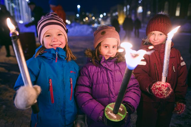 Klassevenninnene Kaysa Pedersen (6), Sofia Hennig (6) og Ine Julianne Bomstad (6).  - Vi er her for å tenke på de som druknet i sjøen, forteller Sofia.