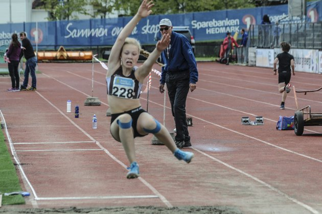 Langt svev: Hannah Cobola Cole fra Raufoss hoppet 3,70 meter i lengde. Alle foto: Tommy Gullord