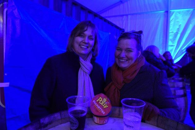 Siw Volden og Linn Engen koste seg i partyteltet og var klar for konsert.