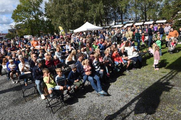 Østretotningene er invitert til kakefest under lørdagens andre utgave av Helt på jordet-festivalen for å feire at kommunen har passert 15.000 innbyggere.
