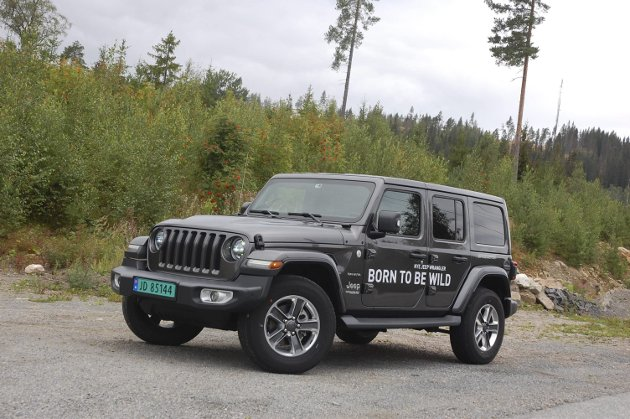 TRADISJONENE I HEVD: Du ser fortsatt åpenbare spor av den opprinnelige 40-talls-»jippen» på 2019-modell Jeep Wrangler. Mer «retro» finner du vel knapt noen bil i dag. FOTO: ØYVIN SØRAA