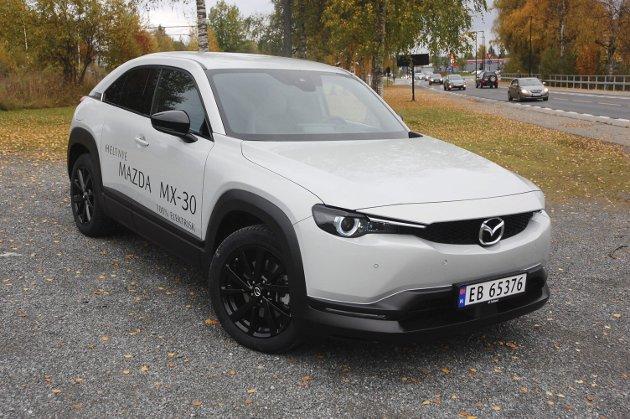 ALTERNATIV: Mazda har tatt den helt ut når de har bygd sin første elbil. MX-30 er på svært mange måter en alternativ bil.FOTO: ØYVIN SØRAA