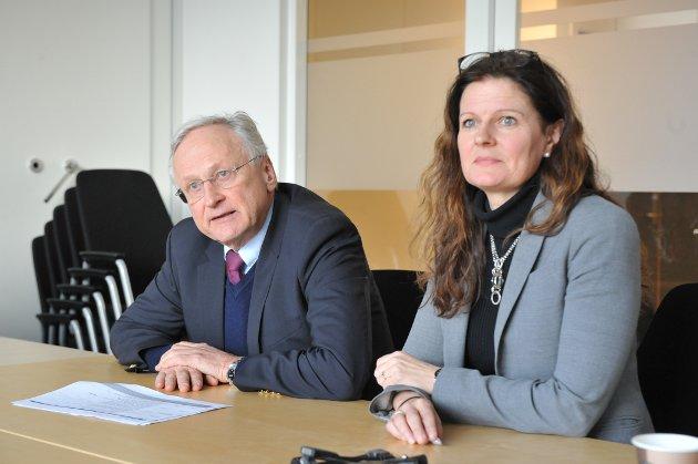 MØTER: Styreleder Svein Gjedrem og administrerende direktør Cathrine Lofthus i Helse sør-øst møtte de mest berørte kommunene i sykehussaken til digitale dialogmøter onsdag.