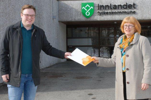 SAMARBEID: Goro Ree-Lindstad, direktør for Likestillingssenteret, og Even Aleksander Hagen, fylkesordfører i Innlandet går sammen om et systematisk og kontinuerlig arbeid for at Innlandet fylkeskommune skal bidra i positiv retning.