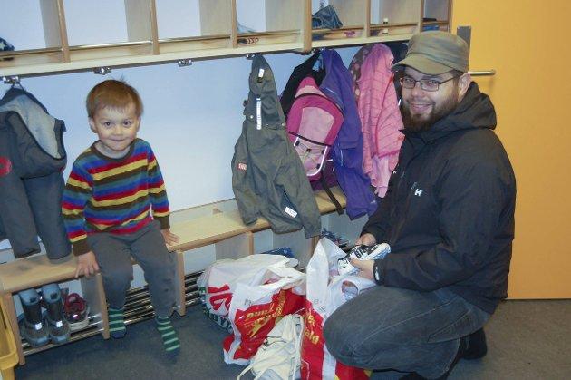 SPENNENDE: Antoni (3) var så spent da han kom til den nye barnehagen at han nesten ikke hadde tid til å ta på innesko.