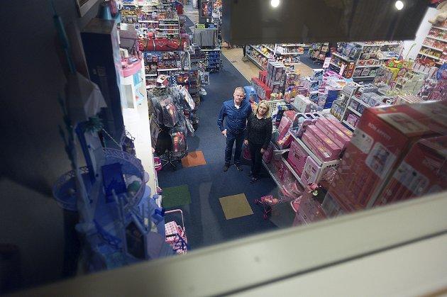 Legger ned: Kjell og Helene Yttervik er lei seg for at det ikke ble noe forlengelse av leieavtalen med Ski storsenter. Nå legges butikken ned etter 73 år i Ski sentrum.