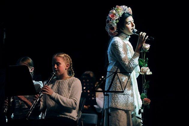 Kjendiskonserten i Rådhusteateret i Ski trakk mye folk. Trekkplasteret , i tillegg til alle korpsene, var Angelina Jordan, kjent fra Norske Talenter, på plass.