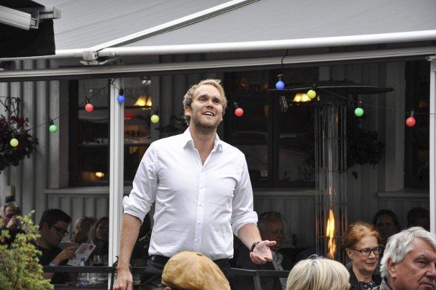 Magisk: Ørjan B. Hinna var blant sangerne som skapte magisk stemning i Glassmesterens bakgård lørdag kveld. foto: vårin alme