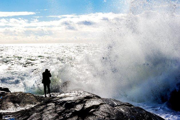 Stig Selland fra Skien søkte nærkontakt med vær og vind da han i slippers(!) kom seg helt ut mot det frådende havet bort mot Saltstein.  - Sånt har dere ikke i Skien? - Nei, det har vi ikke. Dette er spektakulært. Har vært her før, og i dag ville jeg ha med et skikkelig kamera for å få de gode bildene. Og da må en komme seg ut på fjellet. Nå har jeg lyst til å ta en tur tilbake når det er fint kveldslys. - Men du blei vel litt vår utpå der? - Nei da, det gikk helt fint, sa den blide fyren fra fjor'n.