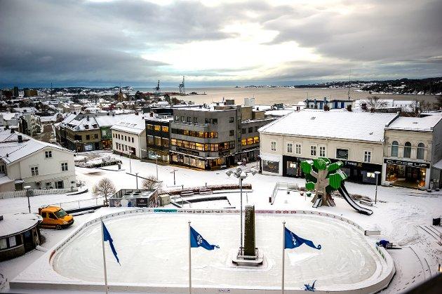 LARVIK OG STAVERN: Ordfører Erik Bringedal sitter i sitt hjørnekontor rett ved Larvik torg og opplever tøffe tider.