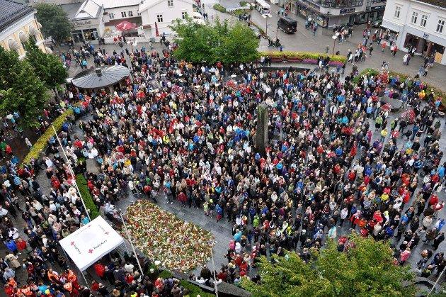 FOLKEHAV: Flere tusen mennesker var med i markeringen etter 22. juli terroren under markeringen i Larvik i 2011.