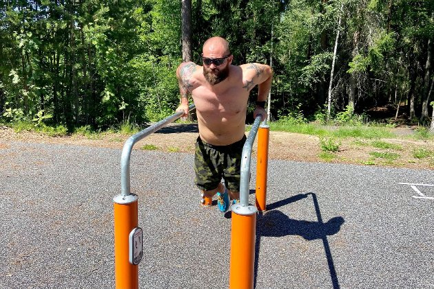 AKTIVITETSPARK: Militærmannen Eivind Sletten (31) valgte å legge fredagsøkta til aktivitesparken på sandodden ved Sagtjernet. – Det er ikke så mange som bruker dette stedet, så man får god og gratis trening i fred, sier Sletten.