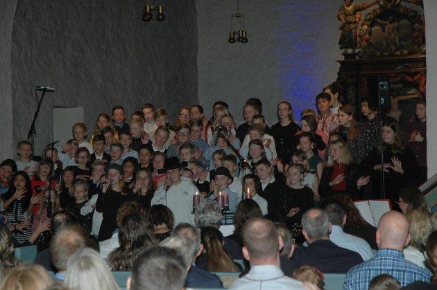 De eldste elevene på Os skole inviterte til julekonsert i Rakkestad kirke onsdag kveld.