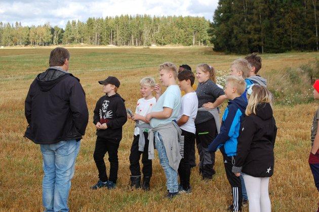 FLYTTET SKOLEDAGEN TIL BONDEGÅRDEN: Sjetteklassingene ved Kirkeng skole fikk en annerledes skoledag på Lillerudlunden sammen med Johan Skammelsrud fra Rakkestad og Degernes Bondelag.