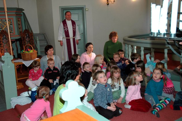 Påskevandring: Lyttende og undrende barn i 2006.