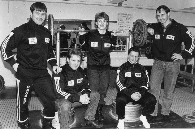 De skal reise langt og kronglete, Rana Kraftsportsklubbs sterke menn og kvinner, for å hente heim nye NM-medaljer i styrkeløft. 14. mars 1991.