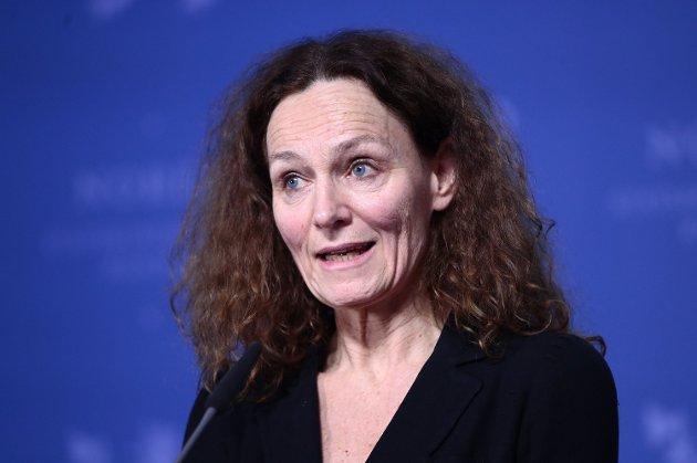 Direktør i Folkehelseinstituttet, Camilla Stoltenberg, sier de jobber med å få på plass måter å håndtere smitten på som er mindre skadelig, billigere og mer effektiv.