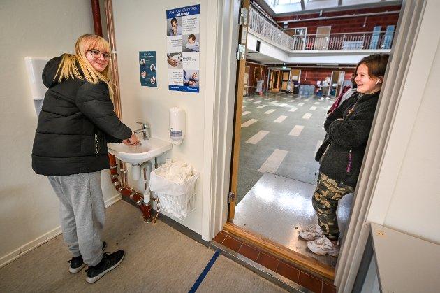 Rana ungdomsskole har første skoledag for elevene etter Koronakrisen. Ingrid Tynes fra klasse 10A vasker hendene godt mens Thea Jensen venter i døra.