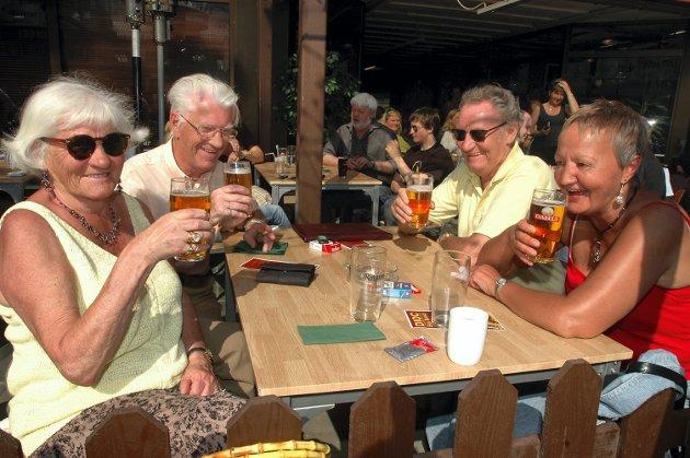 Mai 2006: Kos på restaurant med øl, Olaug Høyby, Rolf Høyby, Bjørnar Stabforsmo og Lillian Tollefsen.