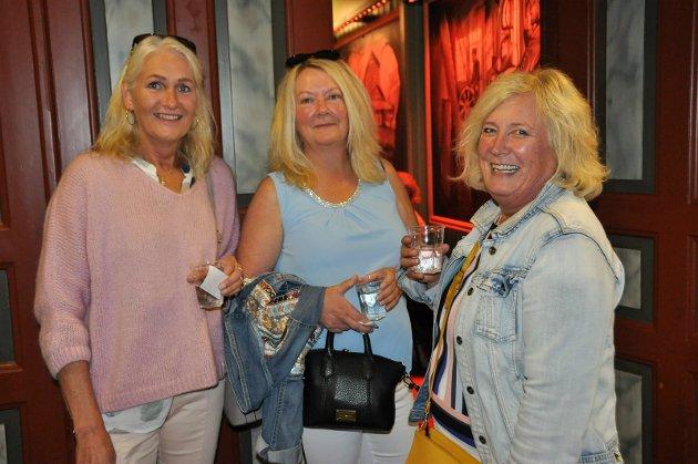 GØY: Venninnene Ann Kristin Brovold, Tone Dobloug og Heidi Rosenlund tok seg turen til Folkets Hus onsdag kveld. - Vi kjenner flere av damene som synger i Lucky Ladies, så det er veldig hyggelig å støtte dem, sa de.