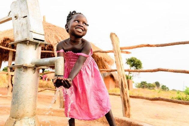 Rent vann: 5 år gamle Champo henter vann fra vannpumpa nær hjemmet i landsbyen hun bor i Zambia.