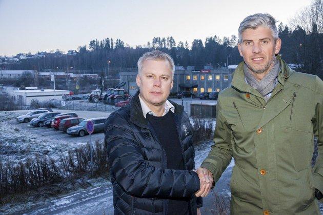 Morten Pettersen og Robin Junge har gjennomført salg av eiendommen i bakgrunnen. Der skal det bygges en ny bydel.