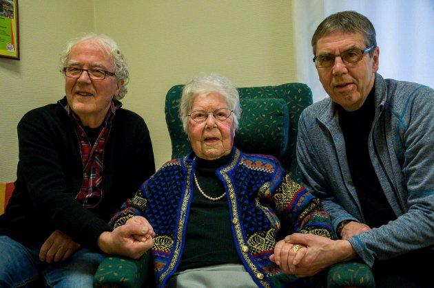 Tore og Dag Johansen sammen med Helga Fekjær Johansen (103) på Hønefoss sykehjem.