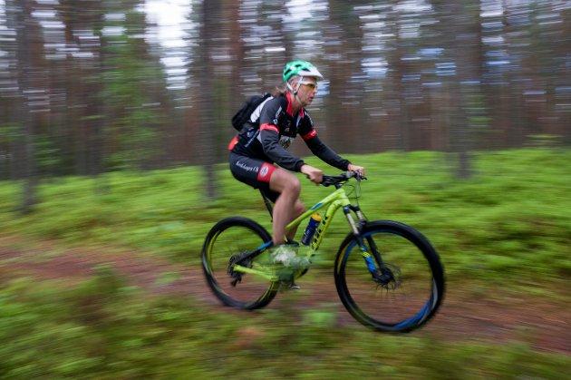OPPFORDRER TIL AKTIVITET: Arne Aamodt i god fart på terrengsykkel.