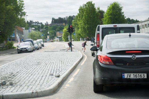 Her kjører daglig biler på rødt lys, skriver innsenderen.