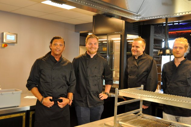 Carlos Mendoza, Kristoffer Benstigen, Geir Willy Wiik og Leon Nordhagen i kjøkkenet på Gledeshuset.