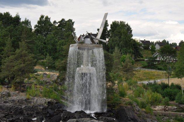 Oppgangssaga: Knut Steen. I Hønefossen. Gitt av Hønefoss Sparebank, først plassert på bybrua.