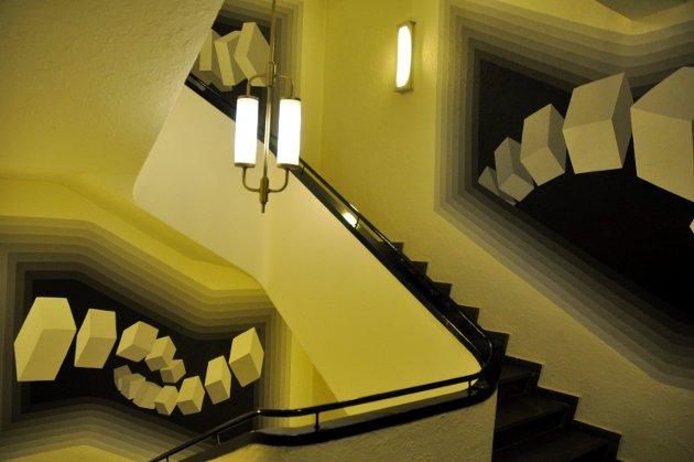 I flere etasjer: Børge Brekke har satt sine kunsnteriske spor i alle etasjene i oppgangen i Bryggerigården.