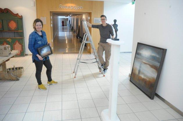 Hektisk: Det krever sin kunstner å få en stor utstilling på plass. Den skal fylle både underetasje, kunstkorridor og førsteetasje på Sundvolden Hotel.