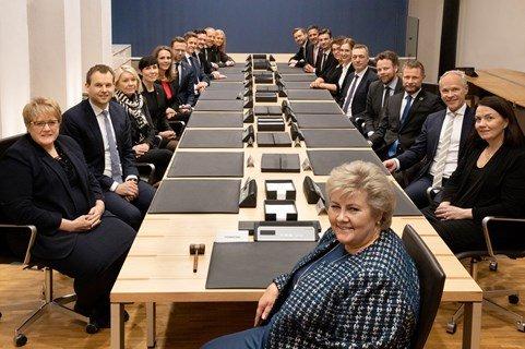 EN FELLES JOBB:  - Vi ønsker oss alle tilbake til en mer normal hverdag. For å få det til, må vi jobbe sammen, skriver statsminister Erna Solberg. (Bildet er fra en regjeringskonferanse i januar)