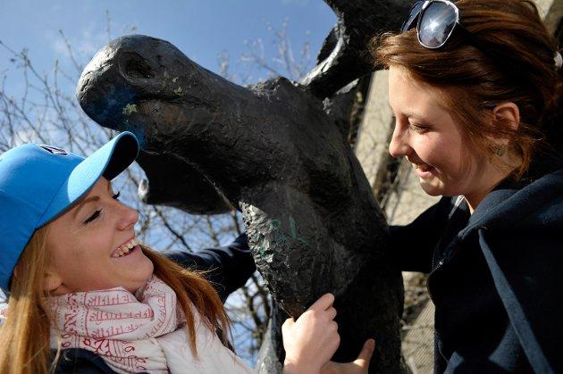 Russepresidenter: Kristina Hagene fra Ringerike videregående skole og Marte Herrman fra Hønefoss videregående skole slår av en prat med elgen på søndre torg.