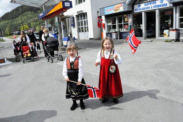 Hipp hurra!:4-åringene Frida Pedersen Øygarden og Åse Sauro Lilleland frydet seg i Austbygde
