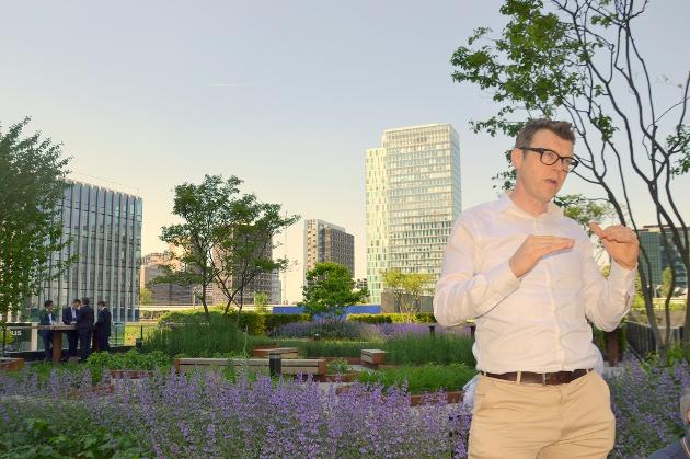 Miljøvennlig boligbygging: Miljørådgiver Jan Raes i ABN AMBRO i Nederland forteller om prinsippene i Circl under Kunnskapsbyen Lillestrøms studietur til Amsterdam.