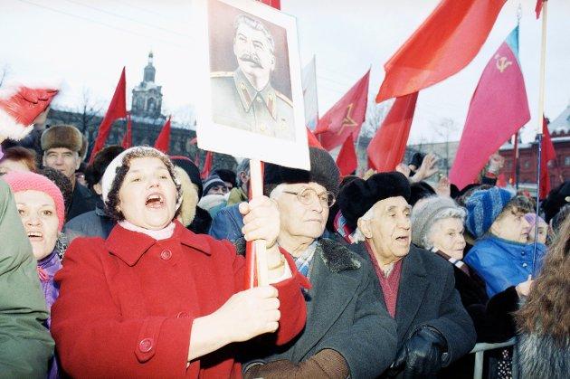 – Utopi: Innsenderen mener venstresidas sosialisme ikke virker i praksis og peker blant annet på Sovjetunionen som et eksempel på dette. Bildet viser kommunistvennlige demonstranter ved Den røde plass i Moskva i 1994, tre år etter murens fall. Arkivfoto: NTB scanpix / AP.