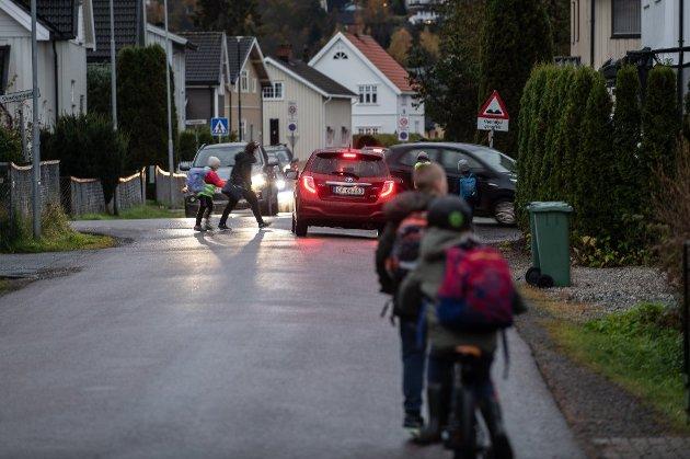 Kaos i smågatene på Volla i Lillestrøm rett før skolestart hver morgen.