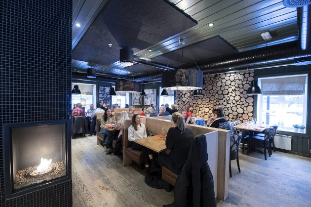 Fullt hus: Den familiedrevne restauranten Casa Mia leverer varene, både på mat og service. Her er det nesten alltid fullt hus, og med god grunn. Foto: Vidar Sandnes