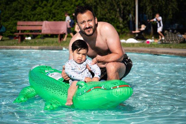 KROKODILLE: Rayan Oliver Mudie og pappa Nicky Mudie leker med den skumle krokodillen i barnebassenget.
