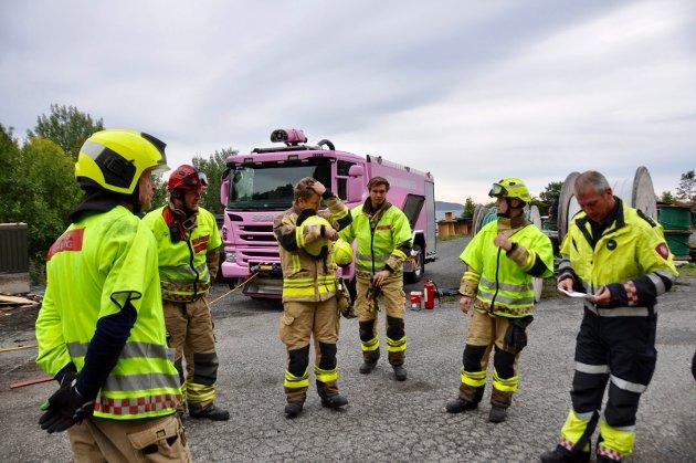 I AKSJON: Hurum brannvesen skal iløpet av 4 uker kurse alle sine mannskaper i redningsaksjoner og frigjøring av skadde ved trafikkulykker, Øvelsene blir ledet av Brannmester Frode Gulbrandsen.